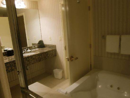 Paramount Hotel: Large jetted tub with bath salts provided