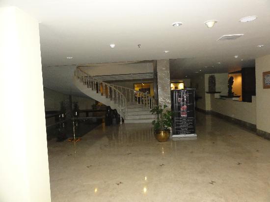 โรงแรม เดอะ เรดิสัน แจ๊ส คาจูราโฮ: Foyer- pool table in abck