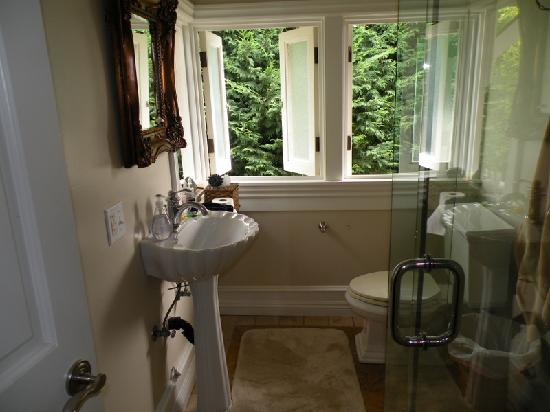 Arabella Laguna: Bathroom of the Myrtle Cottage's masters bedroom