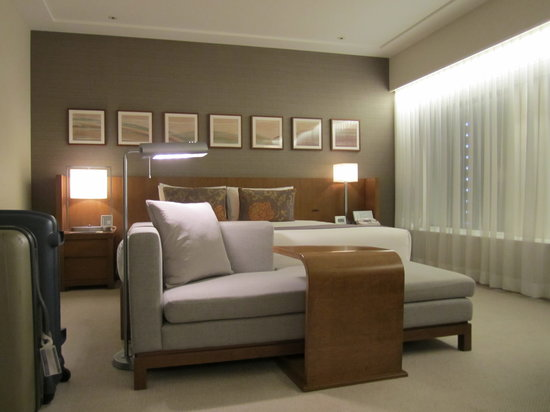 Keio Plaza Hotel Tokyo : bed and sofa
