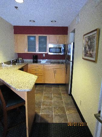 Residence Inn Bakersfield: Stainless appliances, Corian counters, full-size coffee pot, full-size fridge, nice lighting!