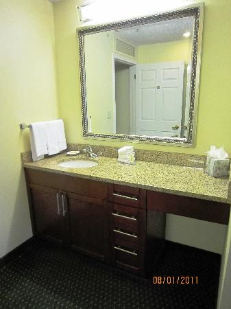 Residence Inn Bakersfield: Well-lit bathroom outside of the toilet/tub area.
