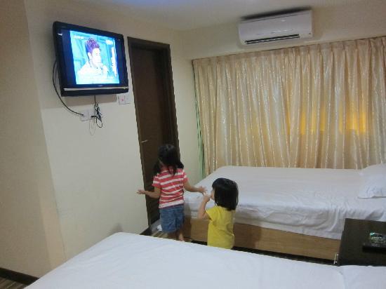 Hotel Hallmark Inn: room with flat screen tv