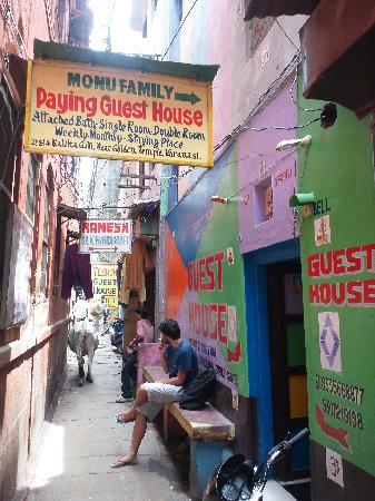 Monu Family Paying Guest House: In front of the hostel. It's Indian chaos. I love it.