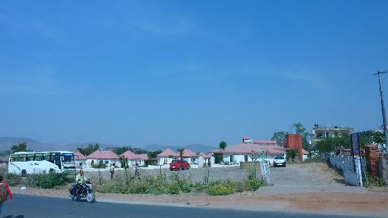 Hotel Tourist Village : View from Road