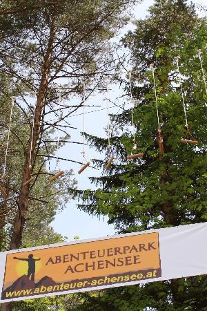 Abenteuerpark Achensee: Banner am Waldrand