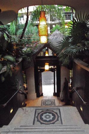 El Taj Oceanfront & Beachside Condos Hotel: looking towards the front entrance of the hotel