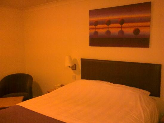 Premier Inn Gloucester (Little Witcombe) Hotel: Premier Inn,bedroom.