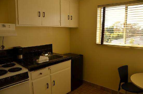 Beverly Laurel Motor Hotel: kitchen