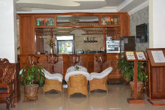 City Angkor Hotel: the lobby bar, so much like the bar stool