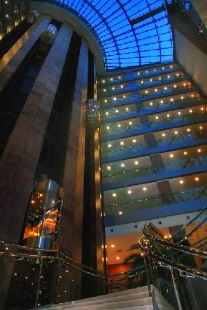 Titanic Beach Lara Hotel: Haupteingang abends