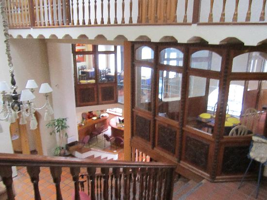 Hotel Rosario La Paz: view beside restaurant looking down into lobby and lower entranceway