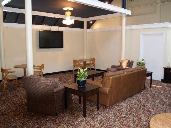 BEST WESTERN Turtle Brook Inn: LOBBY TV AREA