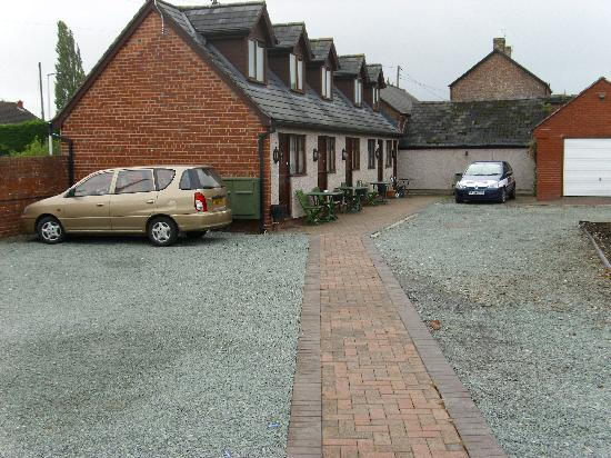 The Golden Lion Hotel: Park your car outside your courtyard suite