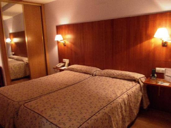 Hotel Hispania: letto matrimoniale