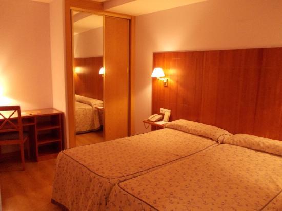 Hotel Hispania: letto, armadio e tavolino
