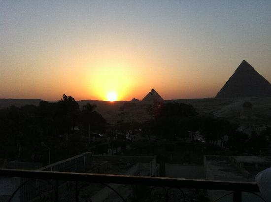 Pyramids View Inn: Unbeleivable.... sunset at Pyramid View Inn