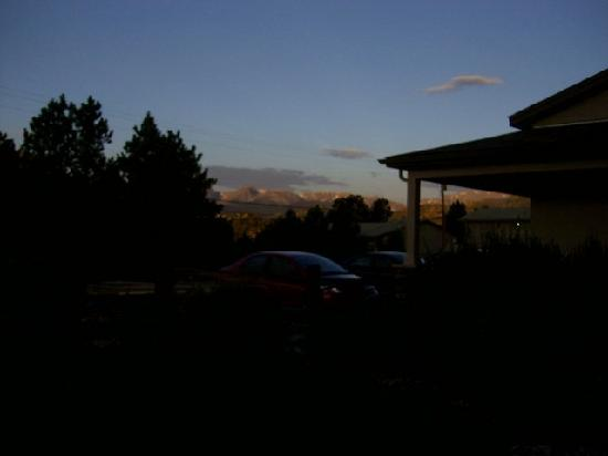 BEST WESTERN PLUS Silver Saddle: Sunset, mtns, taking astride the threshhold of our room!