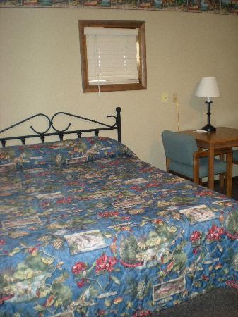 Alpine Motel: Eines von zwei Queen-Betten