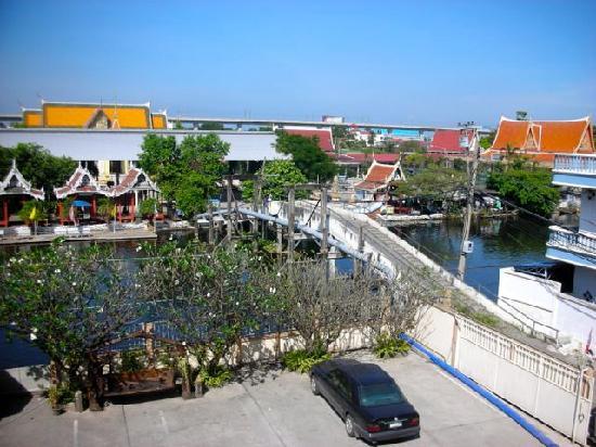 Queen's Garden Resort at River View: Bridge