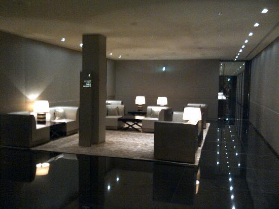 Ascensor picture of armani hotel milano milan tripadvisor for Hotel armani milano