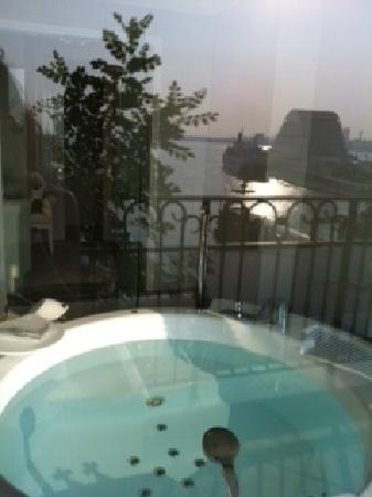 Hotel La Suite Kobe Harborland: バルコニーからお風呂