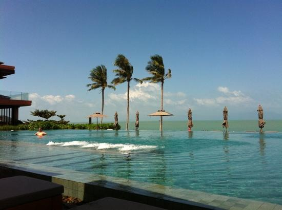 Hansar Samui Resort: view of the pool from the deck chairs