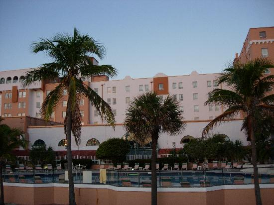 Hollywood Beach Resort Cruise Port Hotel: Palm Trees by the Pool