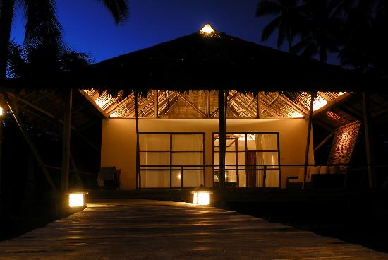 Kalinaw Resort: Cottage at night
