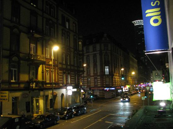 Ibis Styles Frankfurt City Hotel: Night view from front window