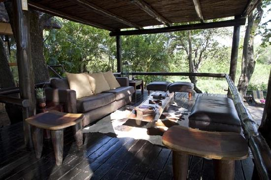 Kuname Lodge: Lounge area which over looks the river.