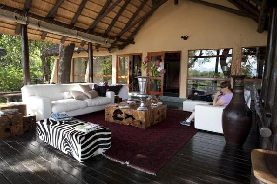 Kuname Lodge: Other section of the lounge which also over looks the river bed