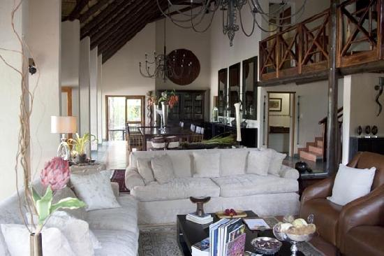 Kuname Lodge: Inside lounge and dinning area