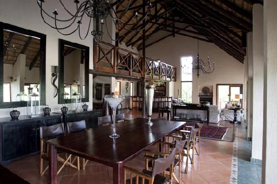 Kuname Lodge: Dinning room. Don't expect to leave lighter than when you came.