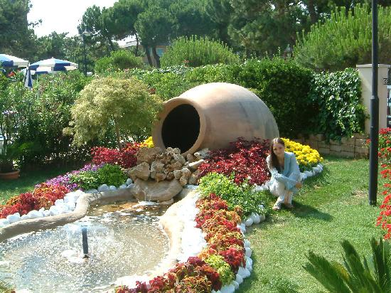 Un angolo fiortio del giardino foto di grand hotel for Foto angoli giardino