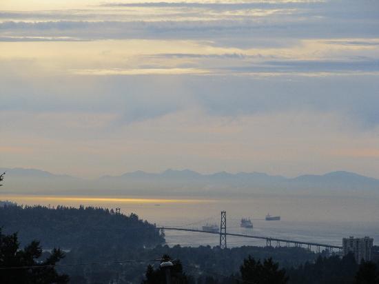 كريستالز فيو بد آند بريكفاست: View from our room of Vancouver Island.