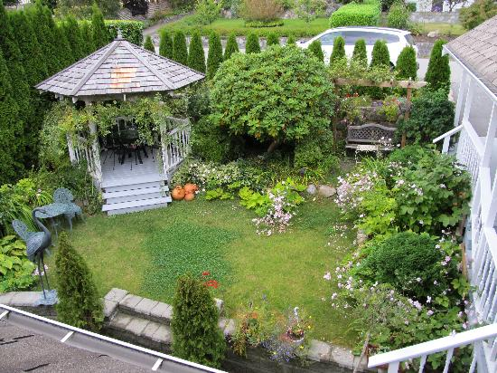 Crystal's View Vancouver Bed and Breakfast: Yard and gardens.
