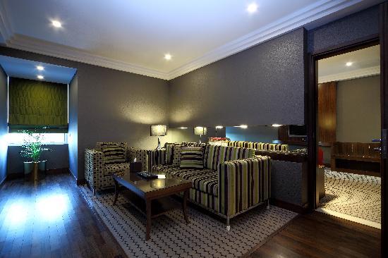 Crowne Plaza Riyadh Minhal: Ambassador Suite Sitting Room