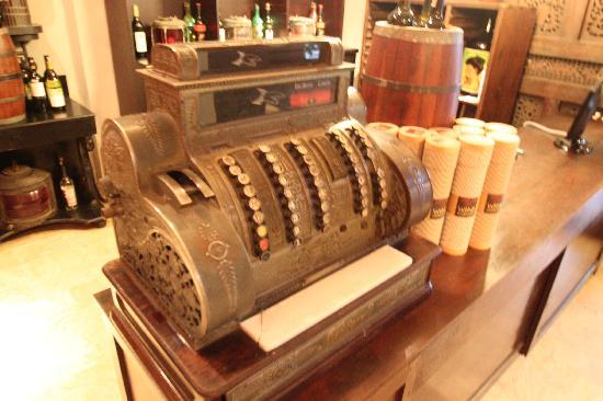 โรงแรมตูกู มาลัง: One of the many antiques