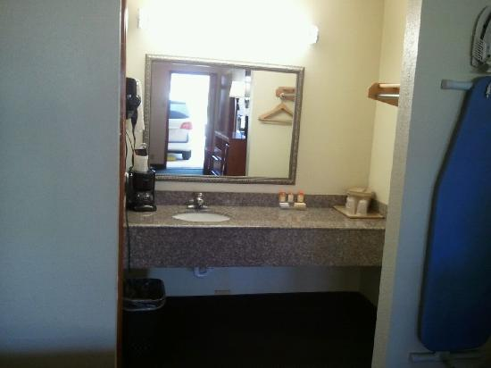Royal Inn Pearsall: BATHROOM VANITY