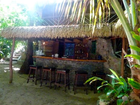Escape Beach Bar & Grill : The welcoming bar area