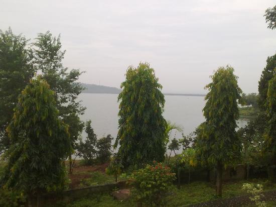 Peerless Resort, Mukutmonipur: The dam as seen from the balcony of your room