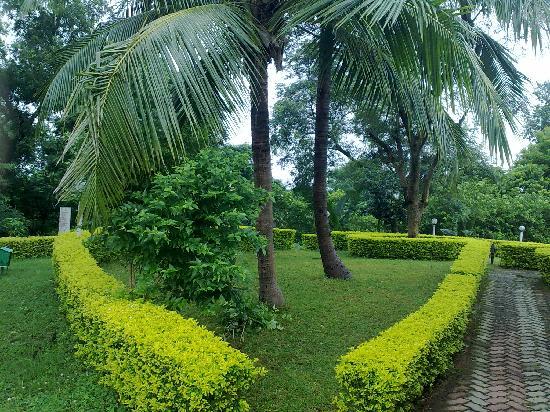 Peerless Resort, Mukutmonipur: The well kept garden of the resort