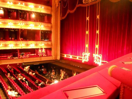 โรงละคร รอยัลโอเปร่า: view from grand tier box