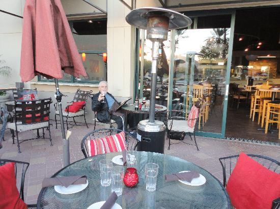 Cove Trattoria: View from patio into restaurant and bar.