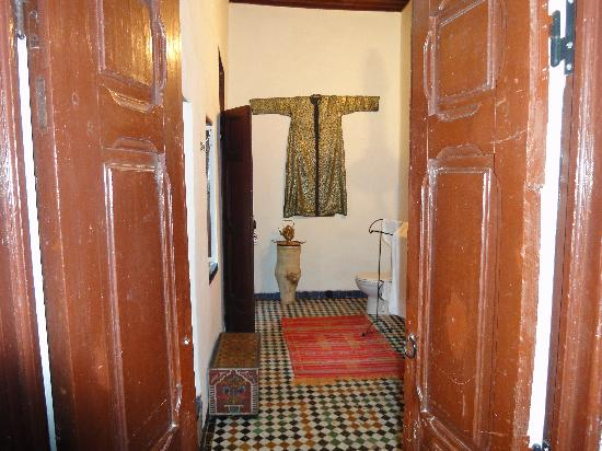 Riad Boujloud: Walk through bathroom to our suite