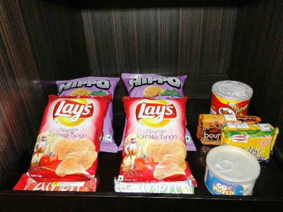 Courtyard by Marriott Mumbai International Airport: Courtyard Mumbai International Airport - Executive King Room - snacks in mini-bar