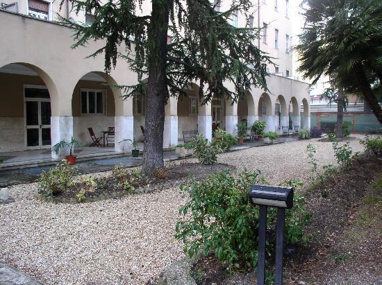 Residenza Madri Pie: Hotel courtyard/garden