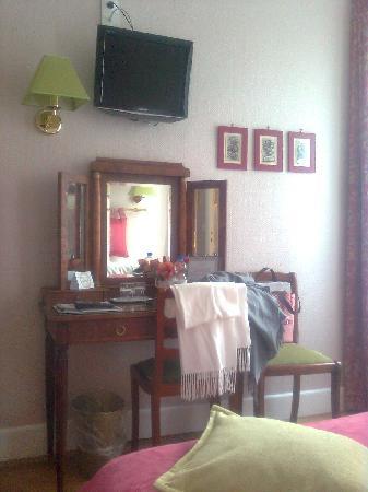 New Orient Hotel: Flat-TV und Sekretär
