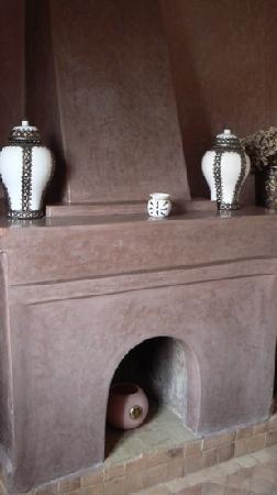 Riad Kheirredine: Une cheminée dans la chambre ... Ambre .. Le calme après les tumultes de la Médina ...